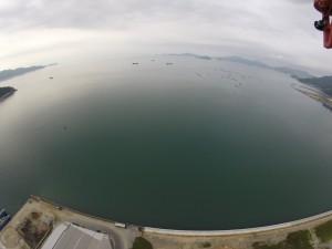 海側 倉橋島東端の亀ケ首旧海軍工廠大砲試射上場跡が見えます。