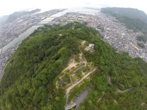 広・阿賀町を背景に砲台跡を高度80mより撮影