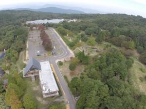 野呂山ビジターセンターと遊具のある公園