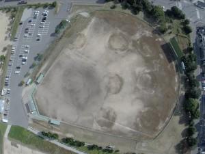 野球場 70年経過しても、重油タンクの跡が消えません。